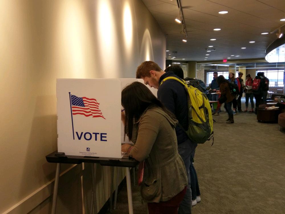 College Democrats, Republicans make final voting push